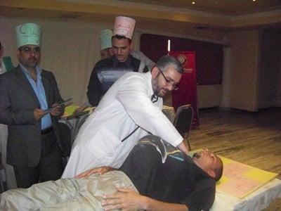 المتدرب محمد الحمصي في عملية استئصال الأخلاق المزمومة