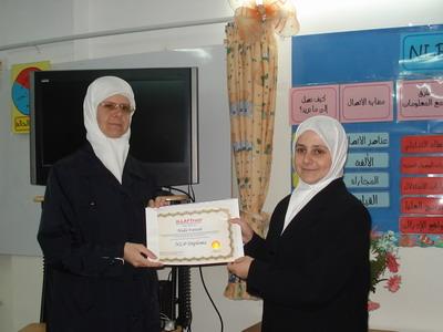 المتدربة هدى فتاحي خلال حفل توزيع الشهادات