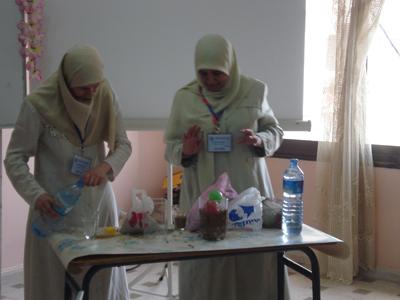 الدكتورة حسناء في تجربة عملية