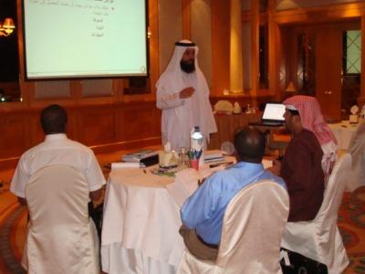 المدرب سالم الساعدي يقدم شرح أثناء الدورة