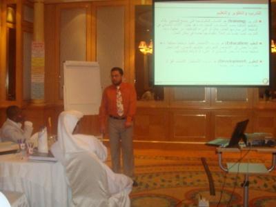 المدرب الدولي محمد بدرة يناقش بعض القضايا أثناء الدورة