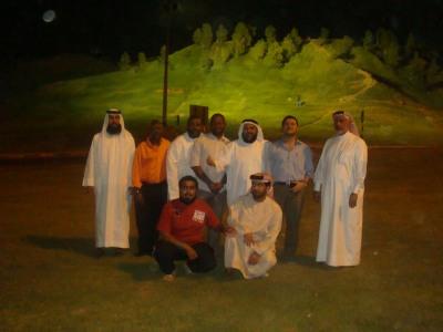 المتدربون مع المدرب توني بيتر والمدرب سالم الساعدي بمبزرة الخضراء