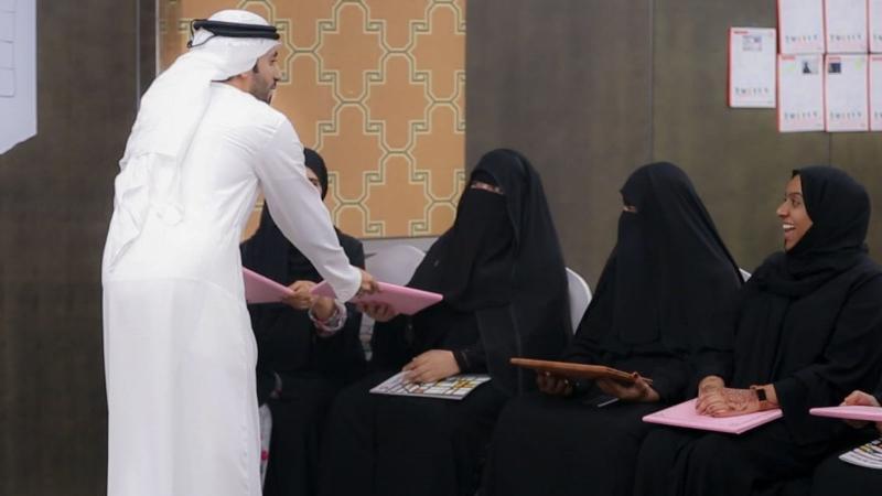 المدرب ماجد يشارك المتدربات فرحة التخرج ويسلمهم الصور التذكارية
