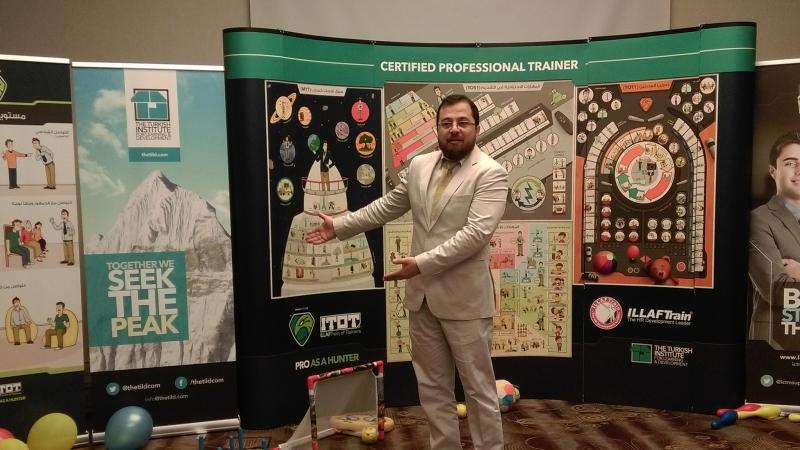 الدكتور محمد بدرة أثناء استخدام اللوحات الجدارية المساعدة في الشرح