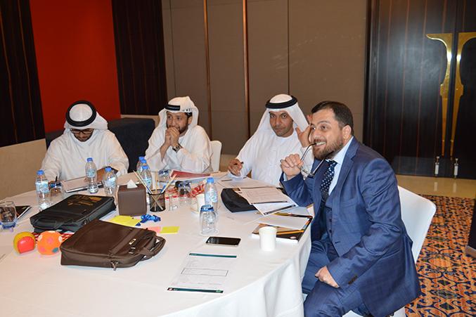 الدكتور محمد يتابع تقديم المتدربون لعروضهم