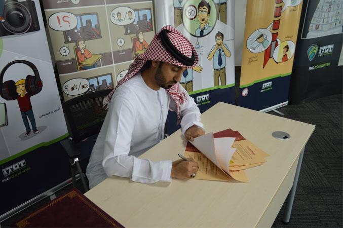 المدرب أول ماجد بن عفيف أثناء توقيع الشهادات