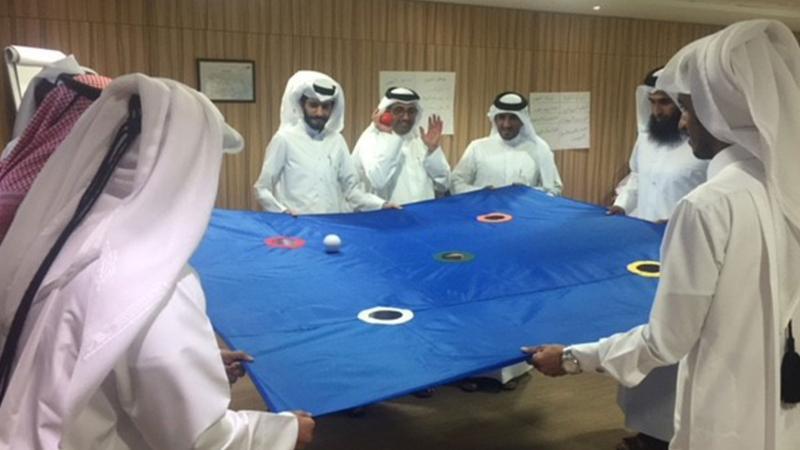 مشاركة المدرب حمد المتدربين أثناء تنفيذ التمرين