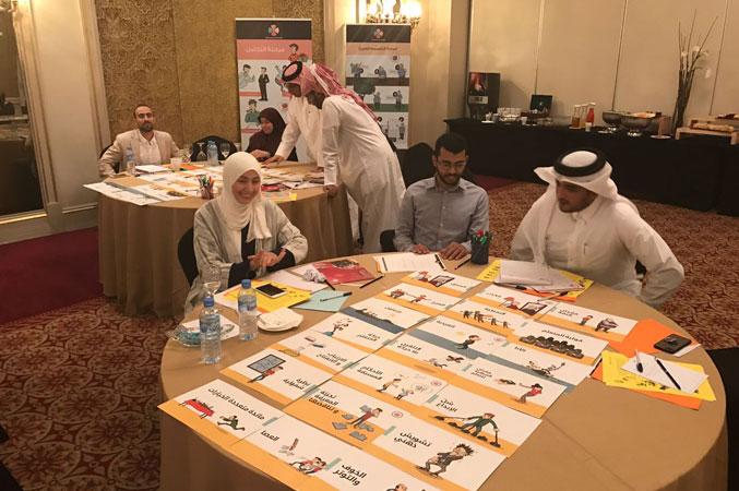 المدربة إحسان والمدرب عبد الله ومتدرب على طاولة حل التمرينات