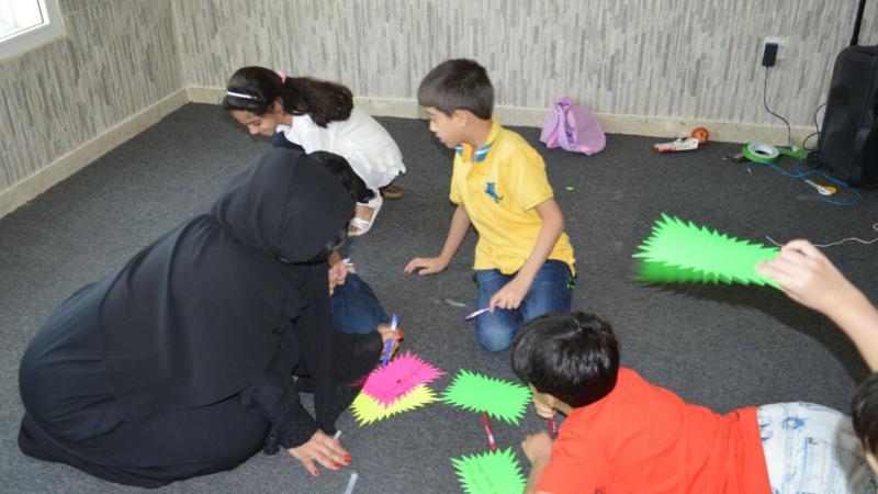 مشاركة المدربة نورة الأطفال تنفيذ التمرين