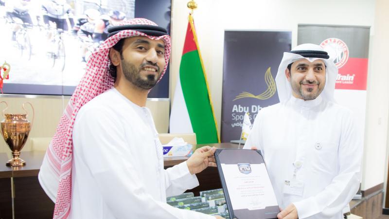 المدرب الخبير ماجد أثناء تقديم شهادة شكر وتقدير للأستاذ أحمد وهاب.