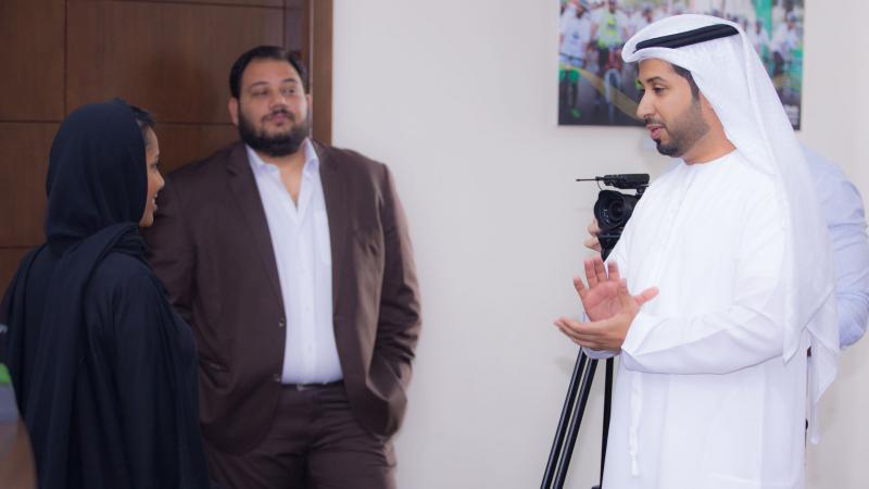 الخبير الإعلامي المدرب فيصل بن حريز أثناء الشرح والتقديم