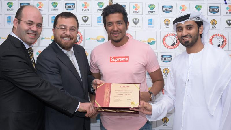 تسليم الشهادة للمدرب محمد فدعق