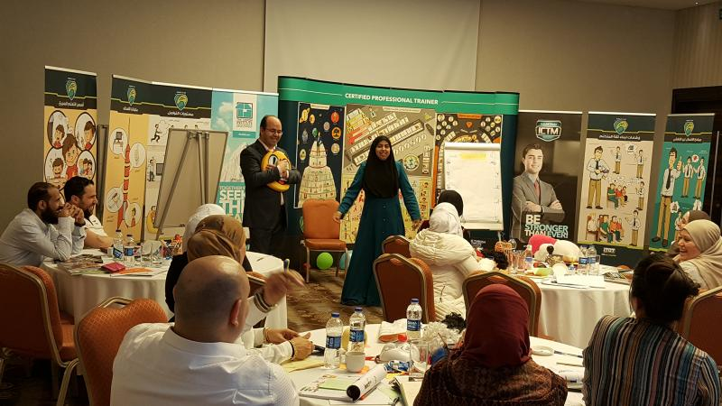 متدربة أثناء تقديم عرضها التدريبية وإشراف المدرب أول عادل عبادي