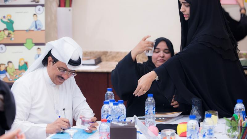 المتدربون أثناء المشاركة في تنفيذ التمرينات وتسجيل الملاحظات