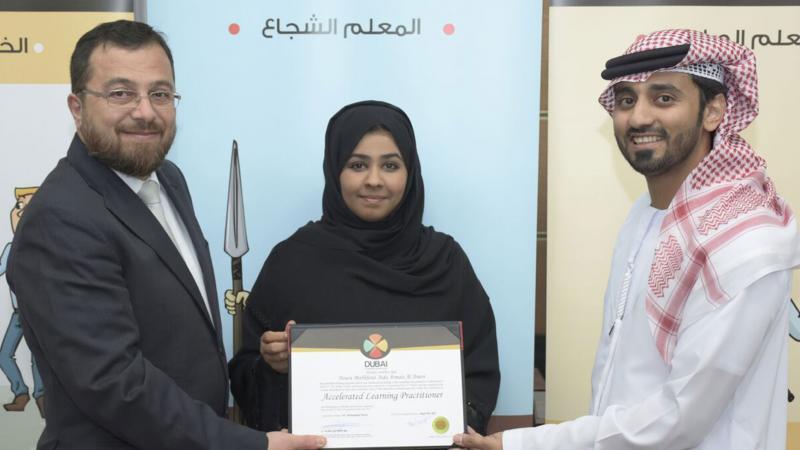 الدكتور محمد والمدرب ماجد يسلمان المدربة نورة العامري شهادة الدورة