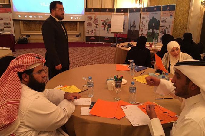 الدكتور محمد بدرة مشرفا على النقاشات التي تدور  بين المتدربين
