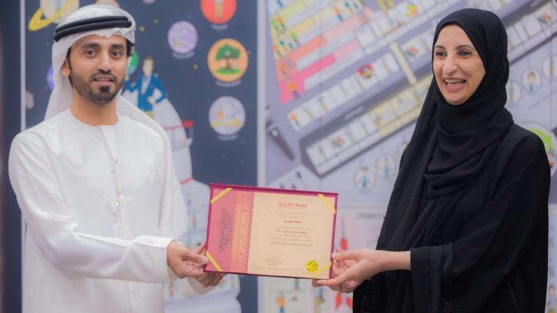 المدرب ماجد يسلم المدربة سمية الشمري شهادة شكر وتقدير