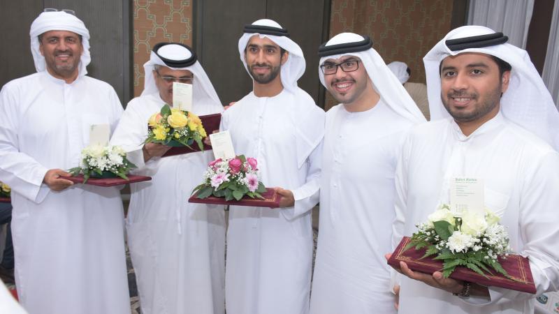 صورة تذكارية للمتدربين بعد استلام الشهادات