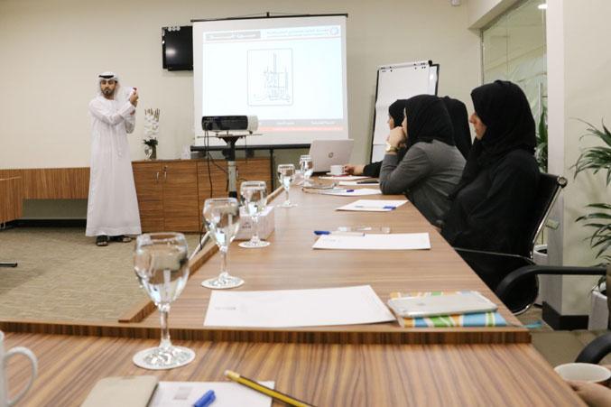 صورة تظهر تركيز المشاركين على شرح المدرب