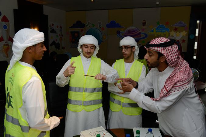 مجموعة من الشباب المتحمس أثناء تنفيذ التمرين ومشاركة المدرب أول ماجد