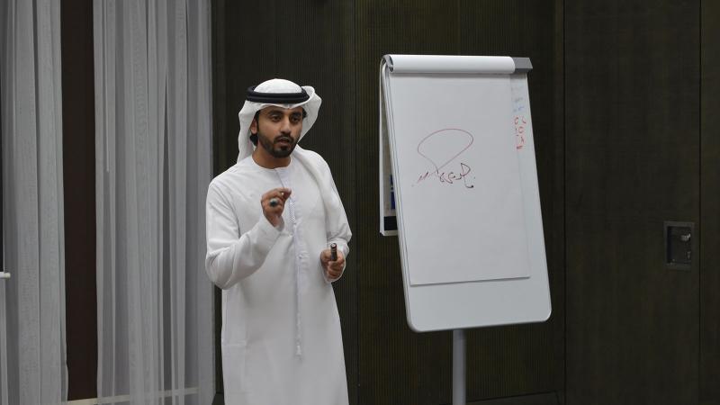 المدرب أول ماجد أثناء شرح المحاور في قاعة التدريب