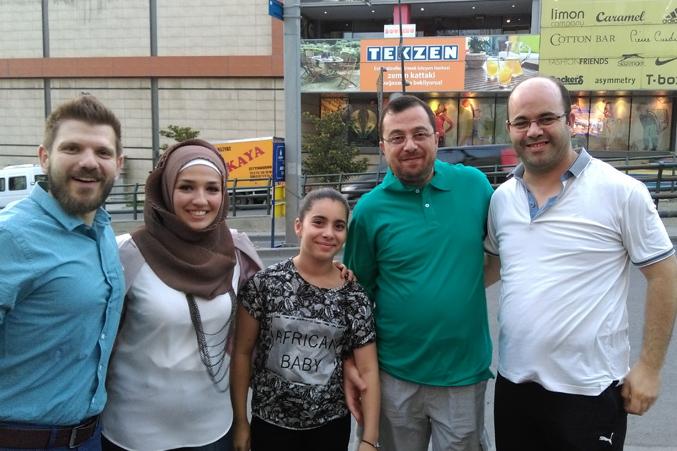 الدكتور محمد والمدرب عادل وابنته مع المتدرب رامز والمتدربة رغد