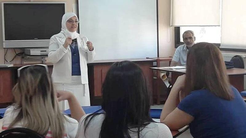 المدربة مؤمنة نقاوة خلال مشاركتها في الحدث التدريبي