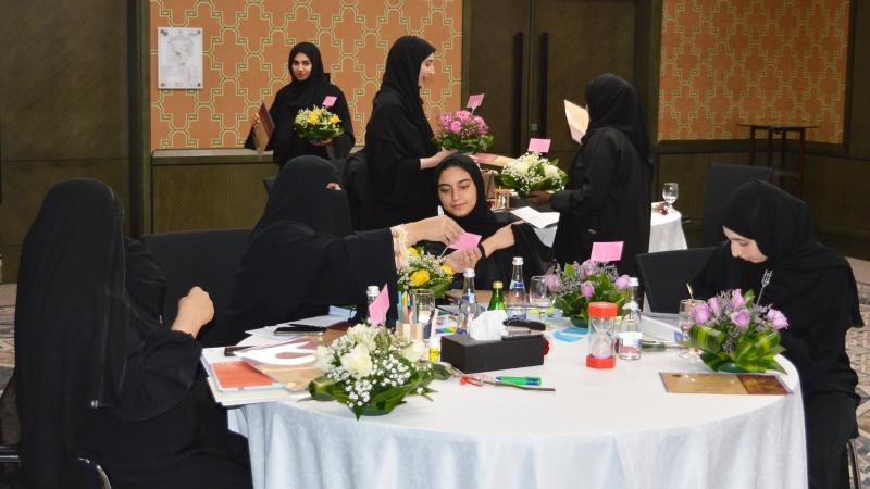 توزيع باقات الورد بين المتدربين
