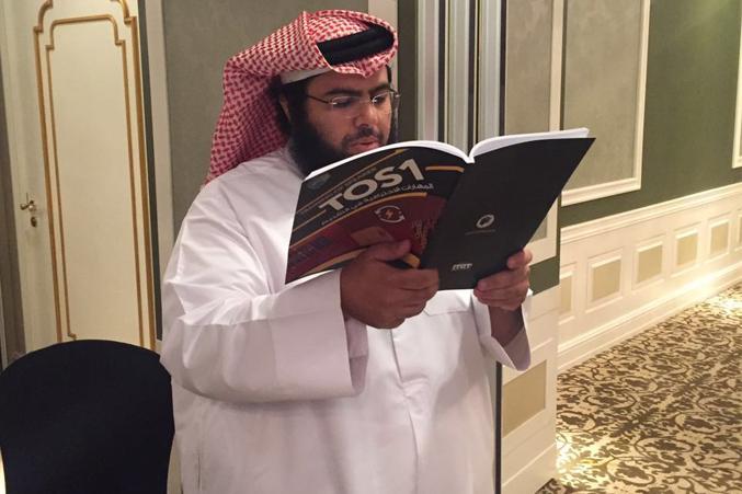 كتاب ال TOS1 مع أحد المتدربين