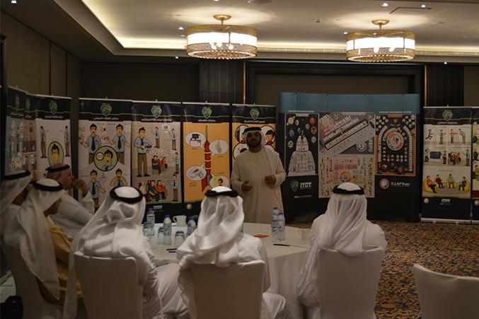 نقاش بين المشاركين لأحد افكار الدورة