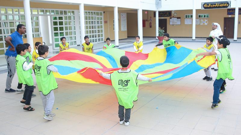 مشاركة المدرب الأطفال في تنفيذ التمرين