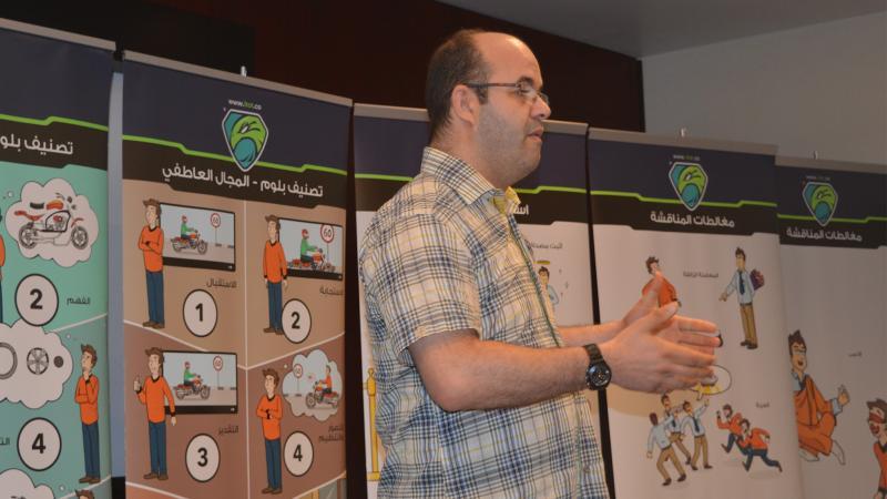 المدرب عادل عبادي أثناء تقديم عرضه التدريبي
