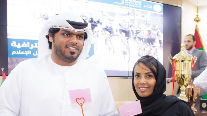 المتدربون أثناء توزيع الشهادات وتبادل باقات الورد احتفالا بالإنجاز.