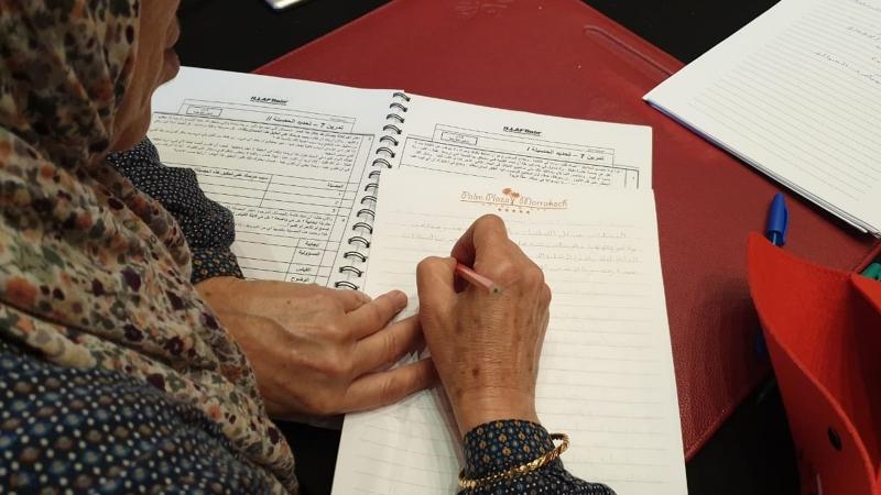 متدربة أثناء كتابة الملاحظات وحل التمرينات