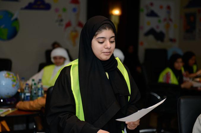 متدربة شابة أثناء تقديم عرضها