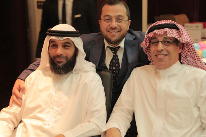 الدكتور محمد والمدرب عبد الرحمن اسماعيل والمدرب سالم الساعدي في صورة تذكارية