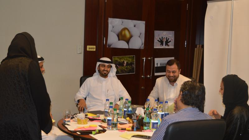الدكتور محمد مشاركا المتدريبين في تقويم العروض