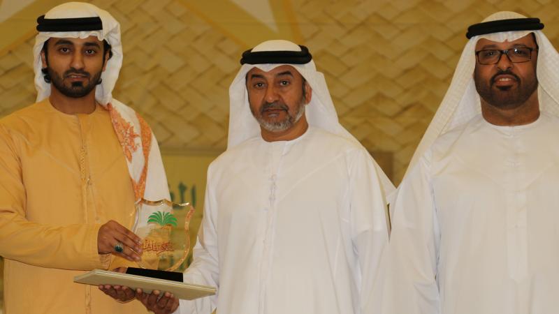 أثناء تكريم المدرب ماجد من رئيس مجلس الإدارة