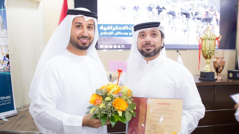 المدرب الإعلامي فيصل بن حريز مشاركا أحد المتدربين فرحته بتحقيق الإنجاز.