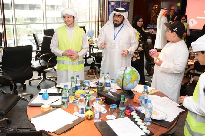متدربون أثناء تنفيذالتمرينات وإشراف المدرب حسين على العملية