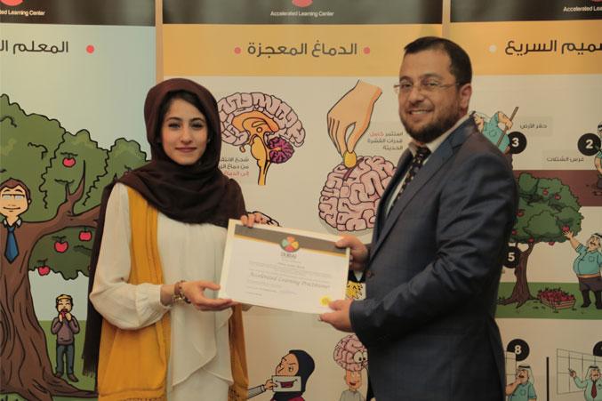 الدكتور محمد يسلم الآنسة أميرة شهادة الدورة