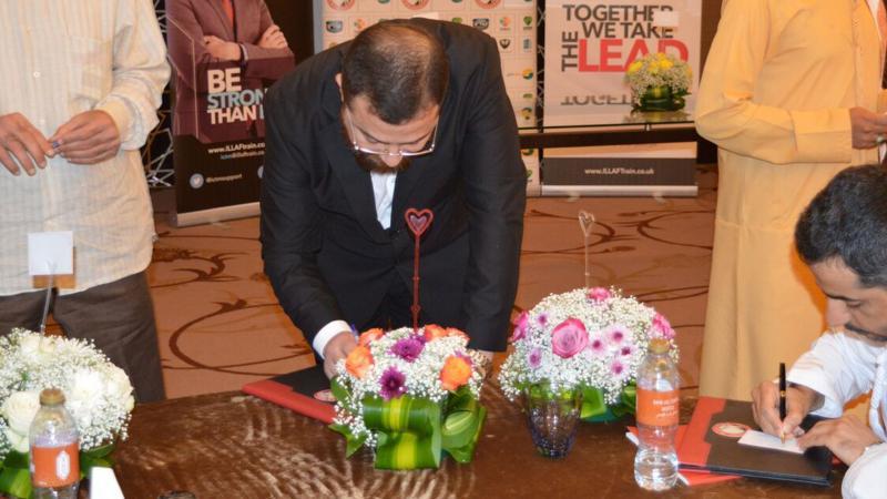 الدكتور محمد أثناء كتابة كلماته على إحدى البطاقات التي ستوزع على المتدربين