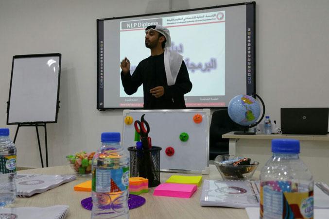 المدرب أول ماجد بن عفيف أثناء شرح أحد محاور الدورة