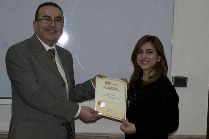 المتدربة لارا ابراهيم تستلم شهادتها