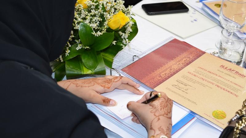 كل متد\رب يكتب كلمته لصاحب الشهادة التي سيسلمها اياه