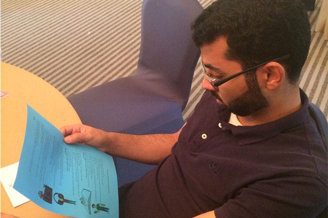 المدرب عبد الله حارس أثناء الاطلاع على ورقة التمرينات والشرح
