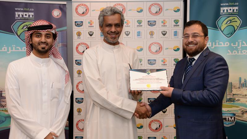 الدكتور محمد بدرة يوزع شهادات الدورة على المتدربين