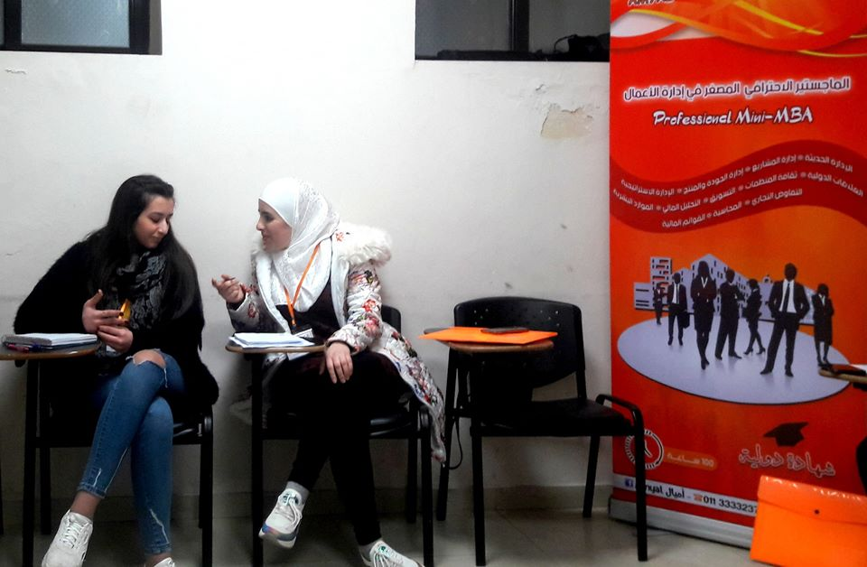 نقاش بين المتدربات حول أفكار البرنامج