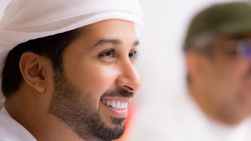 المدرب الإعلامي  فيصل بن حريز متفاعلا مع أحداث الدورة