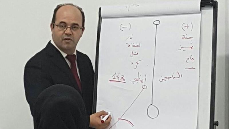 صورة للمدرب عادل عبادي أثناء الشرح